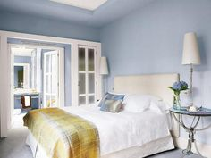 Un dormitorio azul celeste con baño integrado. http://ideasparadecoracion.com/un-dormitorio-azul-celeste-con-bano-integrado/