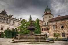 Zámek Častolovice se nachází v městysu Častolovice v okresu Rychnov nad Kněžnou.  Dnes je uzavřenou stavbou kolem téměř čtvercového nádvoří, v jehož středu stojí barokní kašna s rodovými emblémy rodu Šternberků a plastikami ryb.