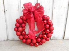 Esta guirlanda de Natal de cabide é o toque que faltava em seu décor natalino (Foto: sixsistersstuff.com)