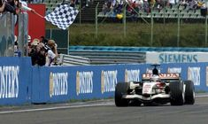 🏆🏁 🚦🇭🇺 #f1 #formula1 #formulaone #hungarygp #thef1weekend #race #racing #onthisday #bestoftheday #accaddeoggi Il #6agosto 2006, arrivò il primo successo in carriera per Jenson Button, che si aggiudicò un folle GP d'Ungheria. Sul podio anche De la Rosa e Heidfeld   #06agosto #2006 #Accaddeoggi #GpUngheria #Honda #JensonButton