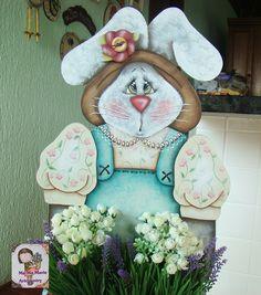https://flic.kr/p/9ATHmg | Coelha Jardineira | Detalhes do rosto da coelha. Adorei pintá-la. É um projeto grande, vai ficar linda lá no espaço do Orquidário Oriental. Projeto da Teco di cacareco. Executada por mim, com orientação da Professora Valéria do Atelie Sweet Sheep.