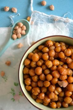 Pois chiches épicés à grignoter, par exemple à l'apéritif - #facile #vegan #proteines http://www.lesrecettesdejuliette.fr/article-pois-chiches-epices-aperitifs-a-grignoter-123151665.html