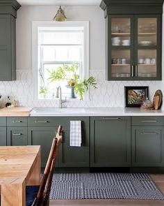 kitchen decor Love the muted dark green kitchen cabinets and cool hexagon style backsplash Dark Green Kitchen, Green Kitchen Cabinets, Kitchen Dining, Dark Cabinets, Kitchen Small, Kitchen Ideas, Modern Cabinets, Kitchen White, Kitchen Colors