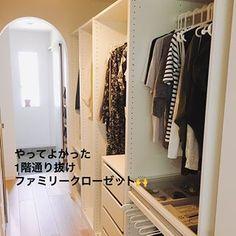 kaoriさんはInstagramを利用しています:「やって良かったこと😊 リビングクローゼット🙌 . 長方形リビングの、真ん中にあります🌟 . ダイニングからも、ソファからも物が近く取りやすい✨ ペンやハサミ、爪切り、お薬などすぐ使うものにも便利😊 引っ越ししたてで、色んな書類がいるのにもすぐ探せる🌟 .…」 Room Closet, Master Closet, My House Plans, Ikea Pax, Neat And Tidy, House Layouts, House Rooms, My Room, Interior Design Living Room