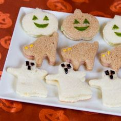 Savory Halloween Sandwiches for Halloween night:: eat a bit before going trick or treating so the goblins won't devour all their candy! Halloween Snacks, Hallowen Food, Soirée Halloween, Healthy Halloween, Halloween Goodies, Toddler Halloween, Halloween Birthday, Holiday Treats, Holiday Recipes