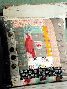fun patterns on this log cabin block quilted pillow Patchwork Quilting, Patchwork Cushion, Quilted Pillow, Quilting Projects, Sewing Projects, Log Cabin Quilts, Sewing Pillows, Handmade Pillows, Quilt Patterns