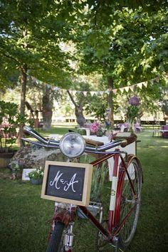 Bici vintage con las iniciales de los novios dando la bienvenida a los invitados.