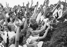 La folla di donne è entusiasta di Adolf Hitler
