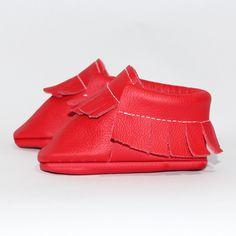 Roter Baby Mokassin (Seitenansicht) - Unsere Mokassins sind aus echtem Leder, komplett frei von Chrom VI und wunderbar weich – so passt er sich perfekt Baby- und Kinderfüßchen an. Dank des praktischen Gummizugs wird das An- und Ausziehen für Eltern zu einem Kinderspiel. Die Herstellung findet im Herzen von Hamburg statt.
