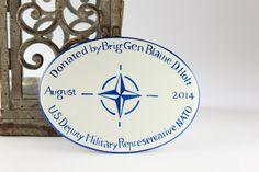 Targa personalizzata con logo NATO in porcellana dipinta a mano