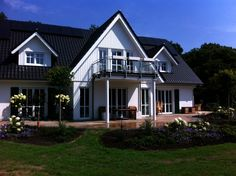 Sonderentwurf in Landhaus #HAACKEHAUS #landhausstil #housegoals Haacke Haus, Modern, Mansions, House Styles, Home Decor, Lawn And Garden, Cottage Chic, Architecture, Trendy Tree