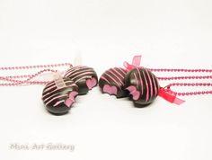 Fondant strawberry necklace / dark chocolate bitten filled, mini food necklace kawaii charm pink / chocoholic fake food jewelry polymer clay. © Mini Art Gallery