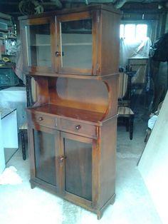 Antigo armário de cozinha abandonado após a restauração