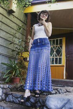 Saia Longa de Croché- Modelos e Tutoriais Falda Larga de Ganchillo – Modelos y Tutoriales Crochet Skirt Pattern, Crochet Skirts, Crochet Clothes, Diy Clothes, Crochet Lace, Bohemian Lace Dress, White Boho Dress, Denim And Lace, Diy Jeans