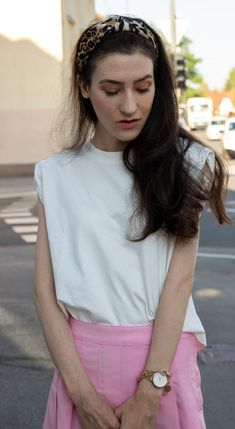 White tank top with padded shoulders are very fashionable this summer. But this is not the only thing to love about a white muscle tee. No, there is more. Go to Brunette from Wall Street to find out why you simply need a top like this in your summer capsule wardrobe this year.