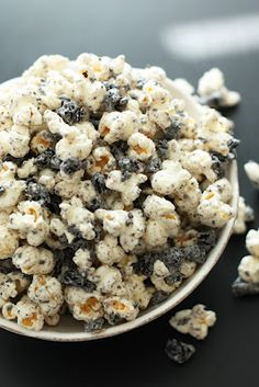 Cookies and Cream Popcorn - intensely delicious! bag kettle corn or regular white popcorn Oreos, crushed finely oz vanilla candy melts or almond bark Sweet Recipes, Snack Recipes, Dessert Recipes, Snacks, Oreo Popcorn, Popcorn Mix, White Popcorn, Movie Popcorn, Recipes