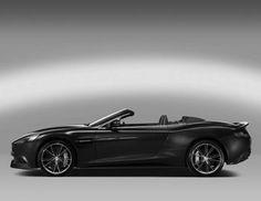 """Πιάνει τα 100 σε 4"""" ενώ ο θηριώδης 6λιτρος V12, με τη δύναμη των 565ΗΡ, ωθεί με μεγάλη δύναμη την Aston Martin Vanguish Volante στον αυτοκινητόδρομο. Με σασί από αλουμίνιο και κυρίως σώμα από αναθρακονήματα,"""