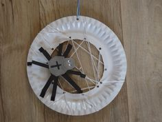 Herfst..Een variatie op een idee vanaf Pinterest: De spin is van papier gemaakt zodat het werkje geschikt is voor een 3,5 jarige.