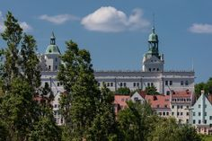[8/10] Kultura to także znajdujące się w regionie piękne miasta. Każde z nich posiada odrębny charakter – swoją historię, tradycje oraz infrastrukturę. Sprawia to, iż przyjeżdżając do naszego regionu mają Państwo szansę poznać nowe miejsca, ludzi i zwyczaje. Duże miasta takie jak Szczecin, Świnoujście, Kołobrzeg czy Koszalin są popularnymi kierunkami przyjazdów turystów z różnych obszarów.