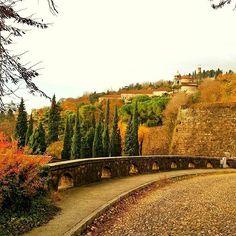 Uno squarcio di autunno a colori con lo scatto di @famveder (buon sabato😊) ___________________ #amicidelcidneo #igbrescia #instabrescia #volgo_brescia #bresciafoto #seiabrescia #ig_brescia #bresciacentrostorico #scoprendobrescia #visitbrescia #bresciarte #city #volgolombardia #volgoitalia #beautiful #movingculturebrescia #turismobrescia #bresciasegreta #brixia_scatti #brick #architecture #medieval #castle #tower #prisoner #sky #landscapes #architectureporn #old #montemaddalena