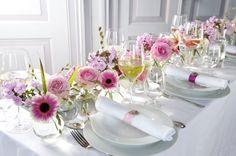 Tafeldecoratie bruiloft met bloemen.