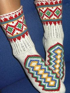 Kirjoneulesukat Knitting Videos, Knitting Charts, Knitting Socks, Hand Knitting, Knitting Patterns, Fashion Socks, Knit Fashion, Stockings Legs, Wool Socks