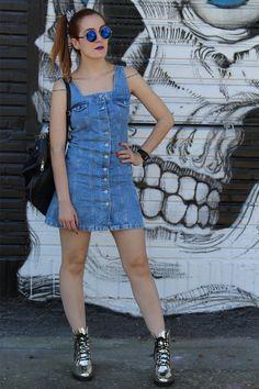 vestido jeans - jeans com botões frontas - jardineira jeans - 90's style - coturno metalizado - golden boots - blue round glasss - mochila feminina