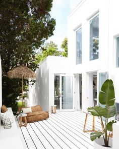 Three Birds Renovations have totally transformed Lana Taylor's former house into a slice of Santorini-inspired heaven. Here we take a last look. Patio Interior, Interior And Exterior, Outdoor Spaces, Outdoor Living, Outdoor Lounge, Indoor Outdoor, White Deck, White Box, Three Birds Renovations