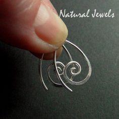 Hele kleine Spiral oorbellen, ze zijn ongeveer 1,7 cm hoog. Ze waren er al in grotere maten, maar voor iedereen die van klein en fijn houdt, heb ik ze nu ook in de allerkleinste maat gemaakt. Ze zijn er ook in het 14K goldfill.    - authentiek en handgemaakt - 925 Sterling Zilver - 1,7 cm hoog