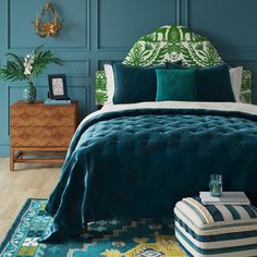 You belong to these groups people that rarely worry about glamour as well as over-the-top designs for your home, then this is definitely your current cup of joe. Look at this post to get 35 diy home decor ideas on budget. Bedroom Green, Green Rooms, Bedroom Decor, Jewel Tone Bedroom, Teal Master Bedroom, Peacock Blue Bedroom, Bedroom Ideas, Farmhouse Side Table, Bed Styling