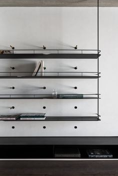 Modern metal shelving system with integrated bookends - Home Professional Decoration Shelving Design, Bookshelf Design, Wall Shelving, Modern Shelving, Cabinet Furniture, Furniture Design, Joinery Details, Design Apartment, Metal Shelves