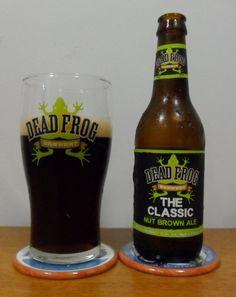 Cerveja The Classic Nut Brown Ale, estilo English Brown Ale, produzida por Dead Frog Brewing, Canadá. 5% ABV de álcool.