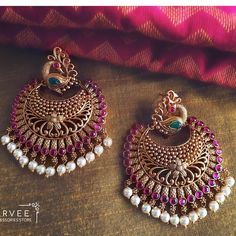 Indian Jewelry Designs: Latest Earring Designs In Gold 2019 Indian Jewelry Earrings, Indian Jewelry Sets, Jewelry Design Earrings, Gold Earrings Designs, Necklace Designs, Antique Earrings, Gold Jhumka Earrings, Hand Jewelry, India Jewelry