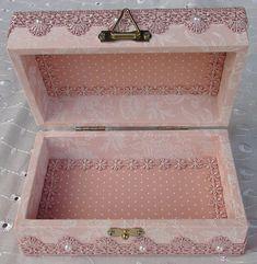 Resultado de imagem para caixa de mdf decorada para casamento branco e preto Decoupage Box, Decoupage Vintage, Vintage Crafts, Shabby Vintage, Diy Crafts For Girls, Diy And Crafts, Cigar Box Crafts, Altered Cigar Boxes, Shabby Chic Crafts