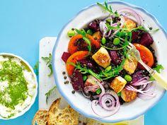 Recept på halloumisallad med rödbetor och kesoröra. En riktigt proteinrik sallad! Servera gärna med surdegsbröd.