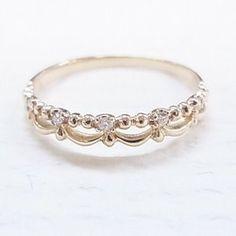 【minimalvsの一番大人気の商品】マルキーズ・ダイヤモンドのクラウン・リングの大きなバージョンです。お値段は、クラウンリングのみです。自分用はもちろん、ユニークなマリッジリング(結婚指輪)としてもぴったりです。お誕生日、バレンタインデー、ホワイトデー、母の日、出産祝い、結婚祝いなどのプレゼントにぜひどうぞ!【商品の詳細】<天然石>♕ ホワイトダイヤモンド(7)♕ マルキーズ形♕ 0.18全カラット♕ 明度VS、色度G、コンフリクトフリー<材質>♕ K14ソリッドゴールド♕ バンドの幅 1.60mmご注文の際に、サイズを忘れずにお伝えください。サイズの間違いを防ぐために、きちんと測ってください。それと、写真のリングは、イエローゴールドですが、ホワイト、またはピンクゴールドでも作成できますので、ご希望の色を備考欄にご記入ください。なお、K18ソリッドゴールドが可能で、値段が198000円になります。ご希望の方は、お手数ですが、購入前にご連絡ください。専用リスト(予約販売)を作成させていただけます。【特別なフィーチャー】…