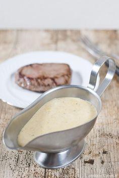 Een traditionele peper roomsaus is heerlijk bij biefstuk. Ik eet er het allerliefst brood bij zodat ik alle saus kan dippen.