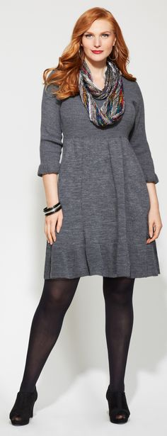 Vestido gris con una delicada bufanda de colores .