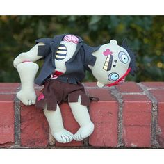 These zombie gifts were all hand-picked using our braaaiiinnns. They're sure to make the zombie-lover in your life ecstatic when they open them. 8 DIY Gifts for Zombie Lovers… Zombie Kid, Zombie Dolls, Zombie Gifts, King Horse, Kokeshi Dolls, Soft Dolls, Deco, Halloween, Gift For Lover