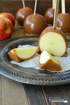 The Best Homemade Caramel Apples - My Recipe Confessions - - The Best Homemade Caramel Apples put the over priced gourmet caramel apples to shame. The silky rich caramel tastes like they were professionally made. Caramel Apple Slices, Caramel Apple Pops, Gourmet Caramel Apples, Mini Caramel Apples, Caramel Recipes, Apple Recipes, My Recipes, Carmel Apples Homemade, Carmel Apple Dip