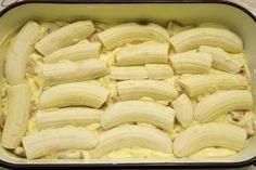 U lim za kolače izliti polovicu smjese, složiti banane. Sweet Recipes, Snack Recipes, Dessert Recipes, Cooking Recipes, Italian Desserts, Easy Desserts, Sweet Cakes, No Bake Cookies, Pavlova