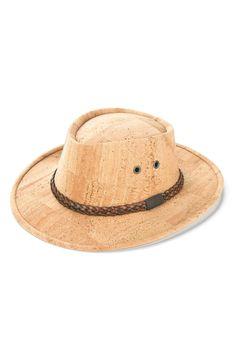 Naturfarbener Hut aus Korkleder von Artelusa. 100% fair und vegan hergestellt in Portugal. Ein cooles, umweltfreundliches Modeaccessoire für jedes Wetter. Wasserabweisender Korkstoff lässt dich nicht im Regen stehen. Handmade. Natürliche und faire Mode für einen klimafreundlichen Lebensstil. www.korkeria.ch   #kork #hut #korkhut #vegan Panama Hat, Cowboy Hats, Portugal, Fashion, Accessories, Vegan Life, Laptop Tote, Fanny Pack, Natural Colors