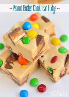 Is there anything better than an easy fudge recipe? No candy thermometer needed to make these 25 easy fudge recipes. Fudge is the perfect holiday food gift! Maple Nut Fudge Recipe, Praline Recipe, Cake Batter Fudge, Snickers Fudge, Oreo Fudge, Fudge Recipes, Candy Recipes, Reese's Recipes, Bonbon