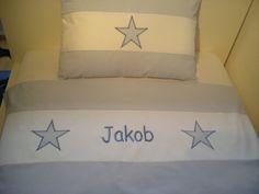Traumschöne Kinderbettwäsche in hellblauem Vichy-Karo aus feiner, mercerisierter Baumwolle mit weißer Bordüre und Sternen-Applikationen und gesticktem