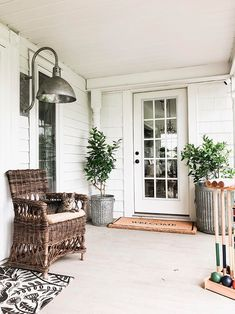 white farmhouse front porch design ideas that will amaze anyone who see it page 1 Front Yard Decor, Front Porch Design, Front Porch Lights, Porch Lighting, Barn Lighting, Barn Light Electric, Farmhouse Front Porches, Southern Front Porches, The Ranch