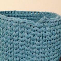 ― 💮rose oliveiraさん( 「Primeira vídeo aula do ano 😉 mais um jeitinho de fazer emenda no ponto baixo centrado ( perdi a…」 Crochet Basket Pattern, Crochet Stitches Patterns, Knitting Stitches, Knitting Patterns, Crochet Baskets, Knitting Designs, Diy Crochet, Crochet Crafts, Crochet Baby
