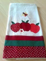 Resultado de imagen para manteles de apliques de patchwork Apples, Kids, Scrappy Quilts, Dish Towels, Dishes, Tricot, Craft, Holiday Ornaments, Table Toppers