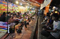 Ada yang mau makan malam bareng aku di lesehan Malioboro? Enak looooh    Malioboro merupakan salah satu jalan utama di kota Jogjakarta yang menjadi tujuan pariwisata karena banyaknya pedagangan dan hotel dan suasana kolonial dan Jawa masih terasa. — at Jogjakarta.