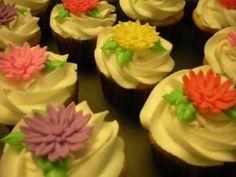 Gerber daisy cupcakes by www.dkscakes.com