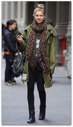 Love this look: Casual army jacket, leopard print scarf, skinny jeans, black leather ankle booties, black Balenciaga motorcycle bag. Style Désinvolte Chic, Street Style Chic, Looks Street Style, Looks Style, Mode Outfits, Fall Outfits, Look Fashion, Womens Fashion, Fashion Trends
